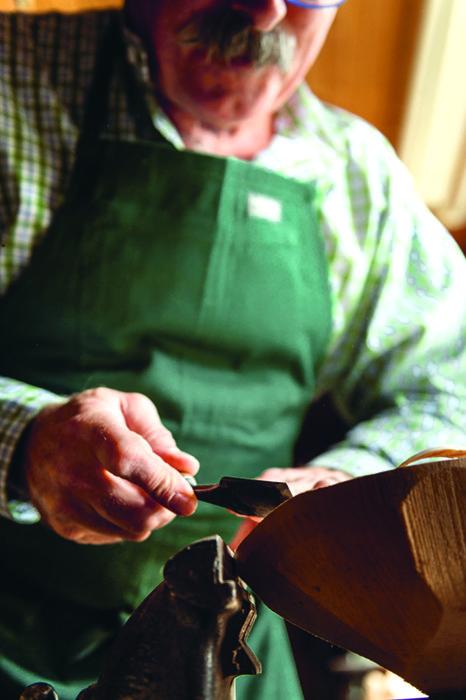 Dazu nimmt Georg Neuner sogenannte Bildhauereisen, wie sie auch im Geigenbau üblich sind.