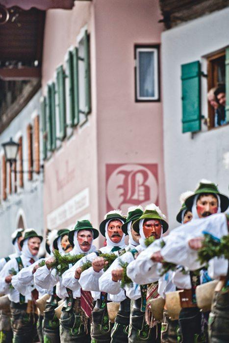 Uralte Traditionen aus dem heidnischen Volksglauben kennzeichnen die Faschingszeit in Mittenwald. Am 8. Februar 2018, dem Unsinnigen Donnerstag, pünktlich zum 12-Uhr-Läuten ist der Höhepunkt des bunten Treibens, wenn mit Glocken und Musik der Winter verscheucht wird.