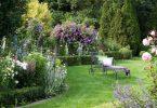 Platz für ein lauschiges Eck ist in jedem Garten: Hier kann man faul sein, dem Rascheln der Grashalme lauschen, im Schatten eines Baumes ein gutes Buch lesen, die Gedanken schweifen lassen oder das beruhigende Grün genießen