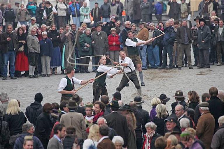 In der Tölzer Marktstraße schnalzt es jedes Jahr an Leonhardi. Und zwar nur dann – sonst goaßln die Männer nur in seltenen Ausnahmefällen.