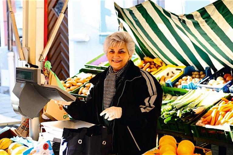 Wochenmärkte Oberland | Marktfrau auf Tölzer Wochenmarkt