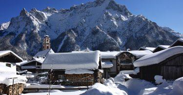 Alpenwelt Karwendel | Mittenwald mit der Pfarrkirche St. Peter und Paul