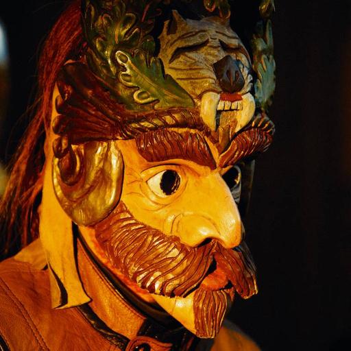 Die handgeschnitzten Holzmasken stellen unterschiedliche Gestalten dar – trotz ihres schaurigen Aussehens gelten die Perchten aber als Glücks- und Segensbringer und sollen die Menschen in der dunklen Jahreszeit aufmuntern