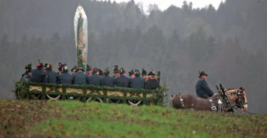 Die Gebirgsschützenkompanie Reichersbeuern im Tafelwagen auf dem Rückweg vom Kalvarienberg