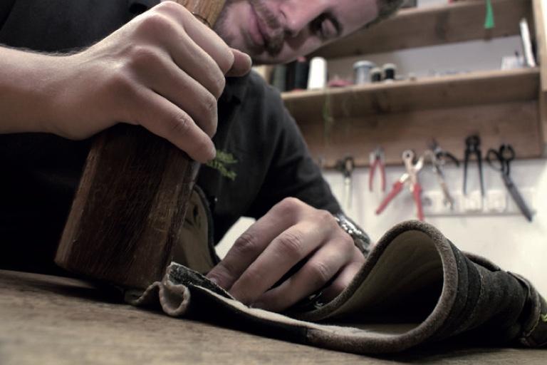 """Eine Anschaffung fürs Leben: Viele Stunden Handarbeit stecken in einer """"Hirschledernen"""". Dementsprechend hoch ist ihr Preis."""
