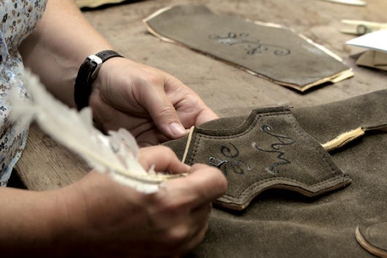 Die Stickvorlage wird mit Kreide auf das Leder übertragen und mit Gummi arabicum fixiert.