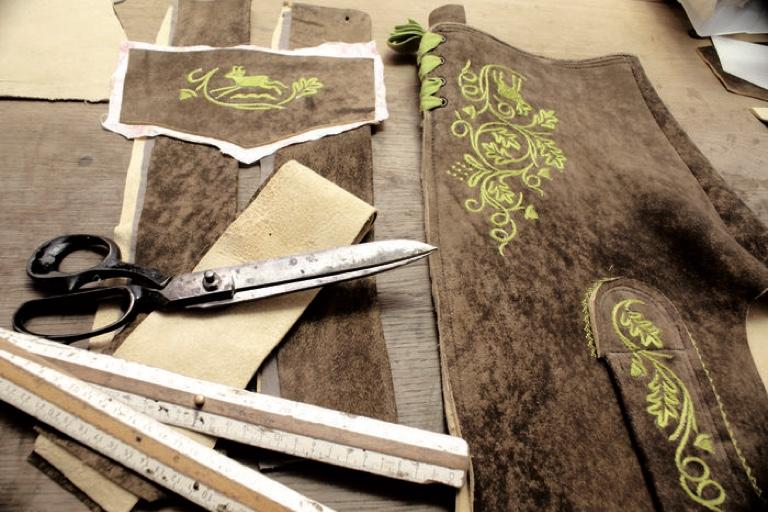 Eine Lederhose aus dem Hause Bammer besteht aus 58 Teilen.