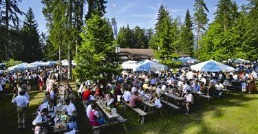 Wichtiger Treffpunkt für alle, die sich lange nicht gesehen haben, ist das Hirschbergler Waldfest am Fuße des Wallbergs